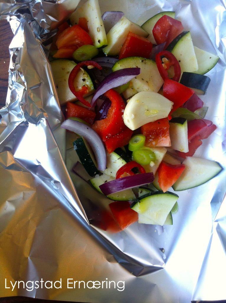 Mannens: Det fine med å grille grønnsaker på denne måten er at mannen kan få seg litt løk! Squash, rødløk, paprika, hvitløk, chili, det hvite på vårløken, salt, pepper og sitronolje.