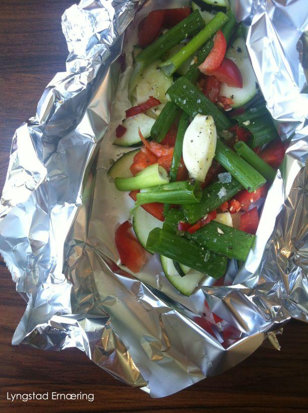 Lav FODMAP grønnsaker til meg: Squash, paprika, vårløk, et fedd hvitløk (spises ikke, men kan dampes sammen med grønnsakene for å gi smak) salt, pepper og sitronolje (fra olivers & co)